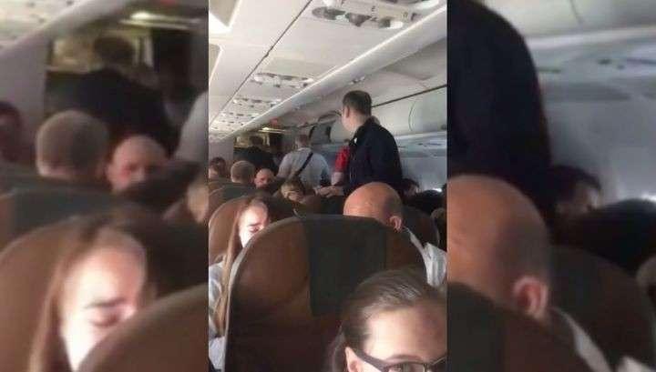 Внезапно скончавшийся в Домодедове дебошир дрался и требовал остановить самолет