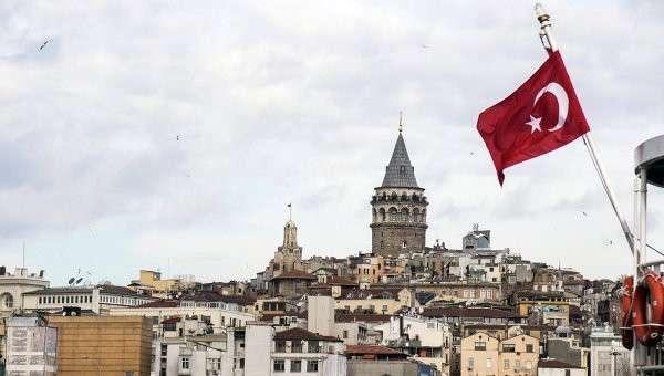 Флаг Турции на фоне Стамбула
