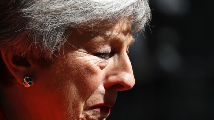 Тереза Мэй в слезах бросила Британию без договора с Европой
