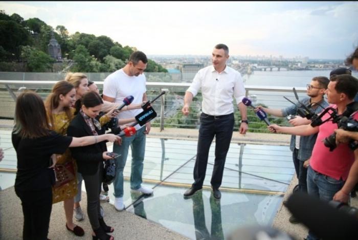 В Киеве Виталий Кличко торжественно открыл саморазрушающийся мост