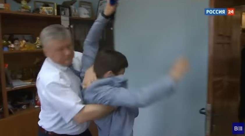 Напавший на журналиста хакасский чиновник Зайцев попросил завести дело об оскорблении власти