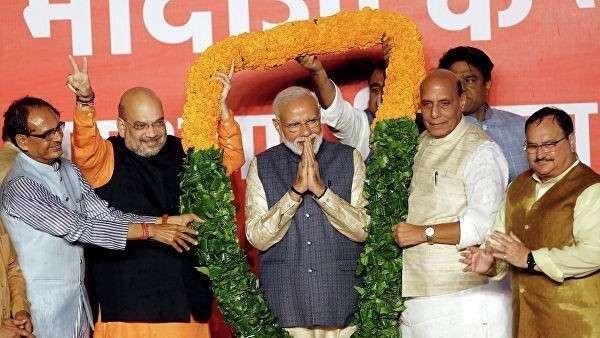 Глава правящей партии Индии Амит Шах и президент Индии Нарендра Моди после объявления результатов выборов в Нью-Дели