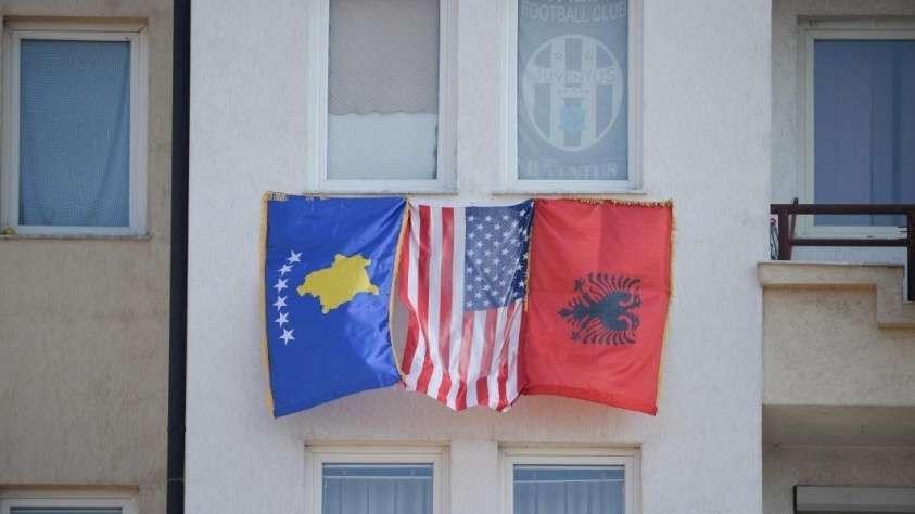 Флаги Косово, США и Албании в Приштине