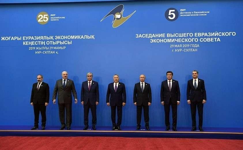 Участники заседания Высшего Евразийского экономического совета в узком составе.