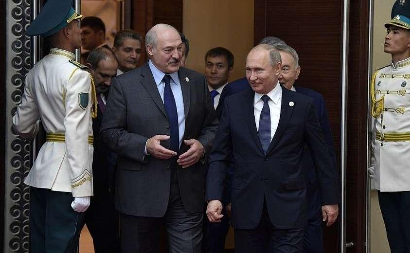 С Президентом Республики Беларусь Александром Лукашенко. Перед началом заседания Высшего Евразийского экономического совета.
