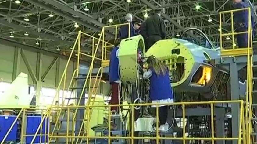 Видео сборки первого серийного истребителя Су-57
