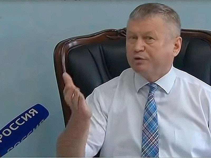 Дело хакасского чиновника-драчуна: администрация Ширинского района забаррикадировалась от народа