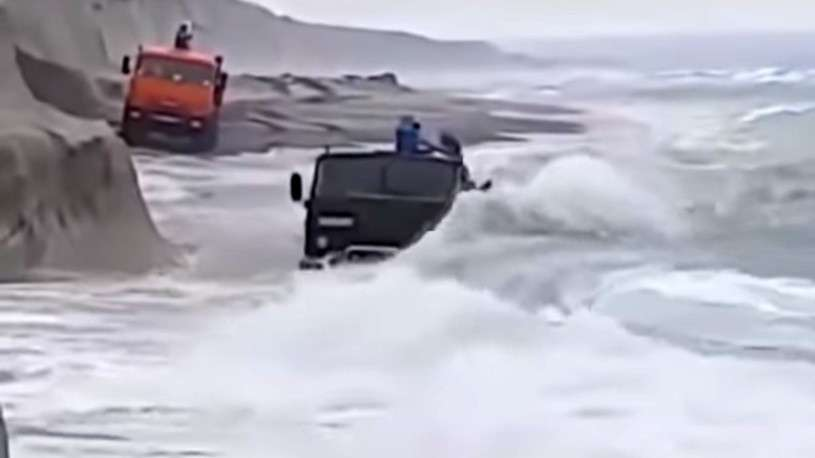 Как КАМАЗ отчаянно бороздит морские просторы покоряя шторм. Леденящее душу видео