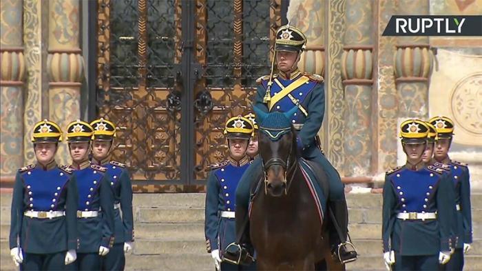 Развод караулов Президентского полка и учеников Кремлёвской школы верховой езды