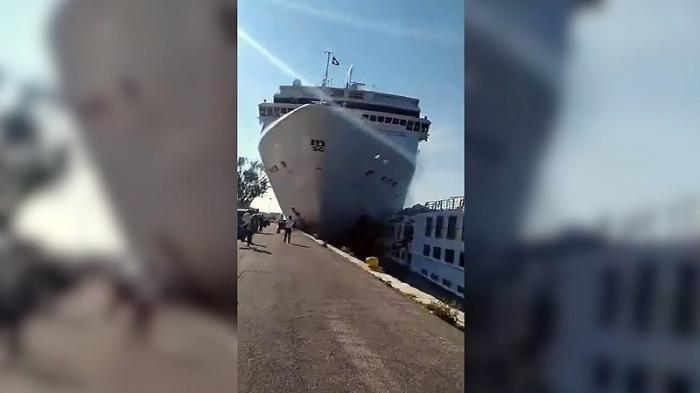 Круизный лайнер протаранил прогулочное туристическое судно в Венеции