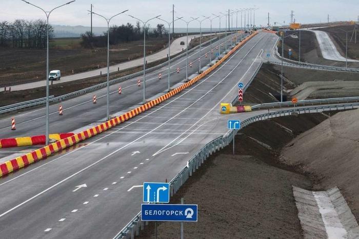 Наподъезде кКрымскому мосту открыто движение почетырем полосам «Тавриды»