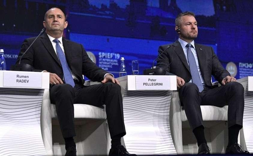 Президент Болгарии Румен Радев (слева) и Премьер-министр Словакии Петер Пеллегрини на пленарном заседании Петербургского международного экономического форума.