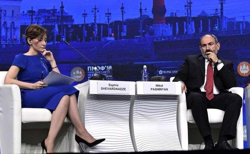 Премьер-министр Армении Никол Пашинян и модератор дискуссии Софико Шеварднадзе на пленарном заседании Петербургского международного экономического форума.