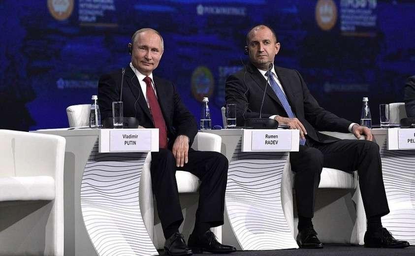 C Президентом Болгарии Руменом Радевым на пленарном заседании Петербургского международного экономического форума.