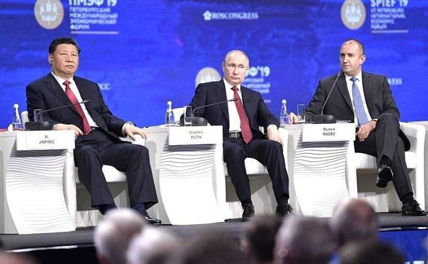 С Председателем Китайской Народной Республики Си Цзиньпином (слева) и Президентом Болгарии Руменом Радевым на пленарном заседании Петербургского международного экономического форума.
