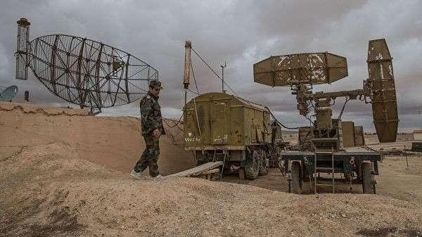 Военнослужащий сирийской армии осматривает локационные станции на базе Военно-воздушных сил Сирии