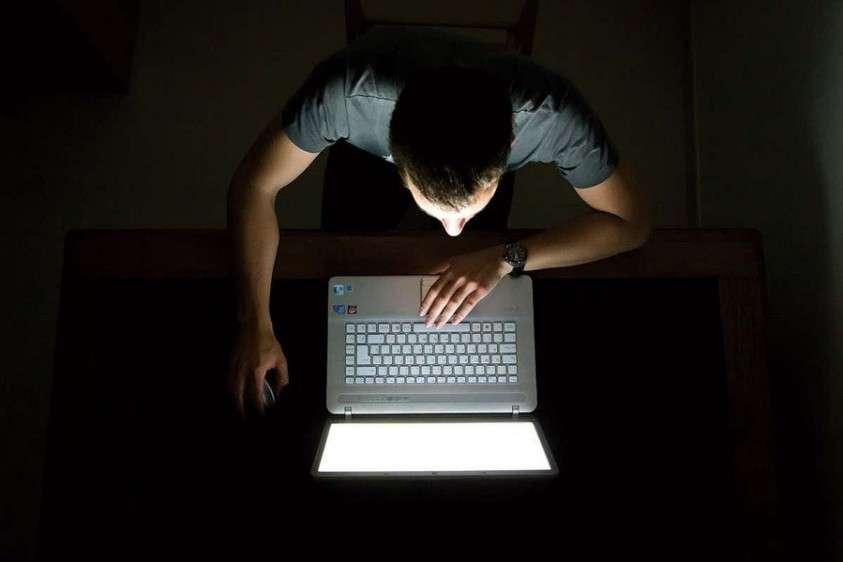 Благодаря неоднократным исследованиям выяснилось, что светодиодный свет в ночное время крайне негативно влияет на нормальный сон
