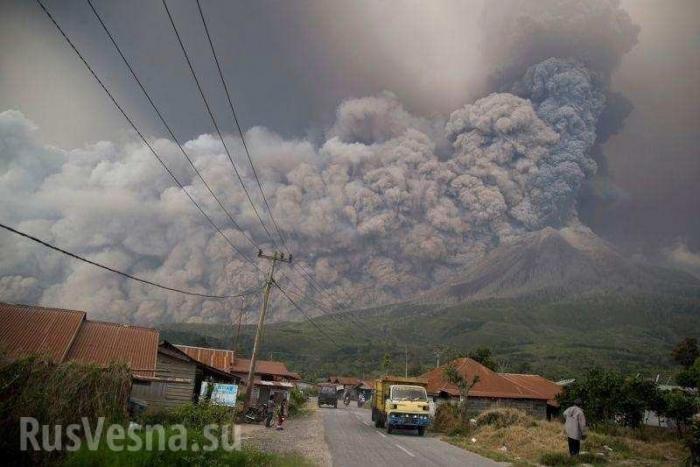 Извержение вулкана Синабунг на острове Суматра, спавшего несколько сотен лет, впечатляющие кадры