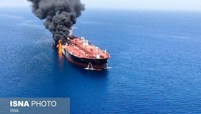 В Османском заливе на танкере прогремело три серии взрывов перед тем, как он загорелся