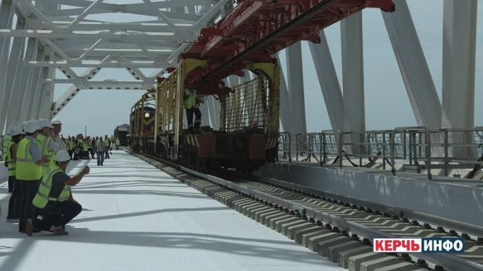 Крымский мост: на первом из железнодорожных путей соединили рельсы