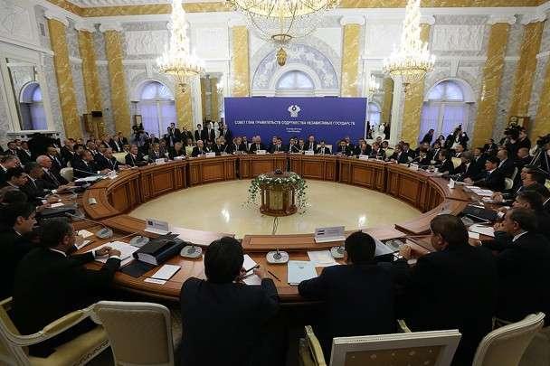 До самого вечера в четверг Киев не мог определиться, поедет ли президент Петр Порошенко в пятницу на саммит СНГ в Минск