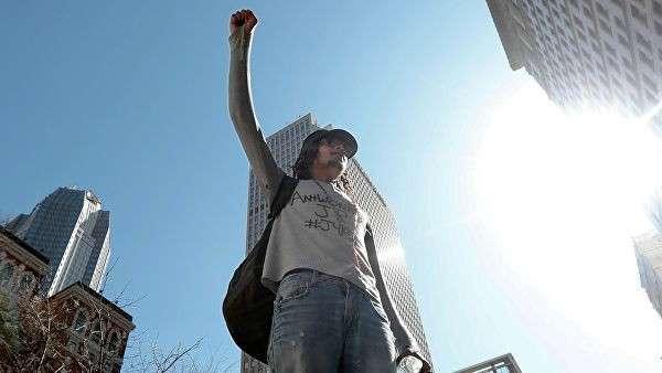 Мужчина участвует в акции протеста в Питтсбурге, штат Пенсильвания