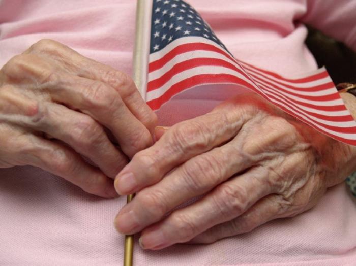Пенсионеров США отправляют под нож: США погасят государственный долг за счет пенсионеров