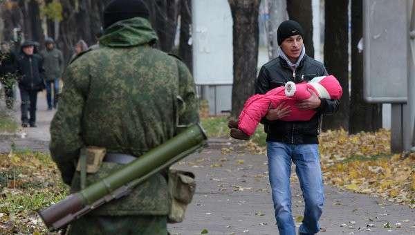 Люди покидают свои дома после предупреждения о возможном обстреле северного района Донецка 24 октября 2014