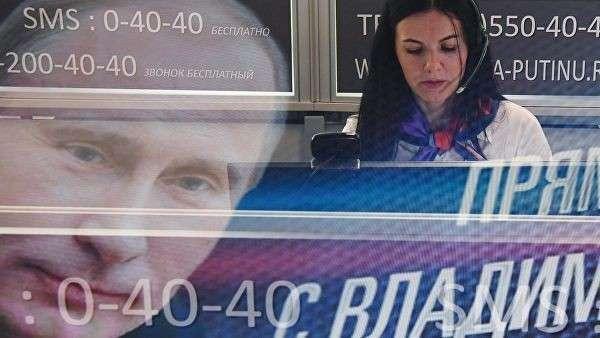 Сотрудница колл-центра прямой линии с президентом РФ Владимиром Путиным. Архивное фото