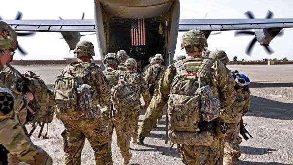 Батальон солдат США загружается в военный самолет