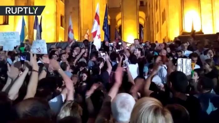 В Тбилиси тысячи людей вышли на митинг с требованием отставки правительства