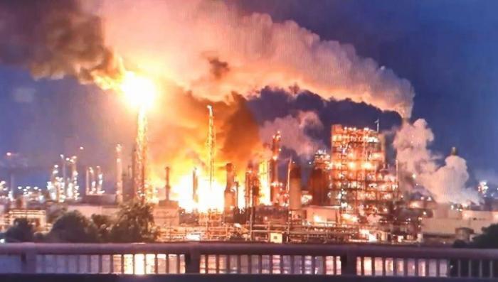 Нефтеперерабатывающий завод в США загорелся и взорвался