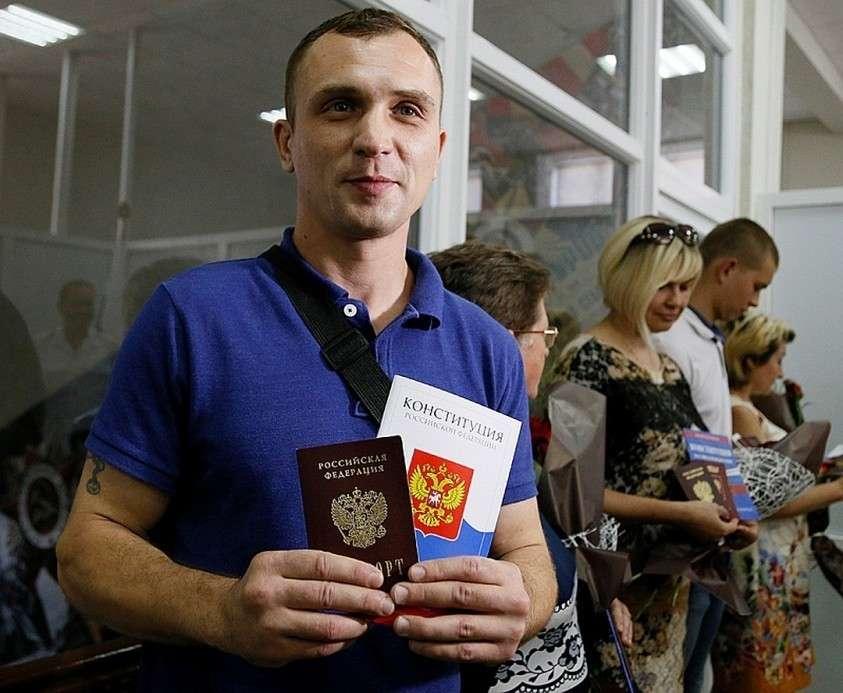 В Луганске оформляют российские паспорта, причем везде, по всему городу Фото: REUTERS