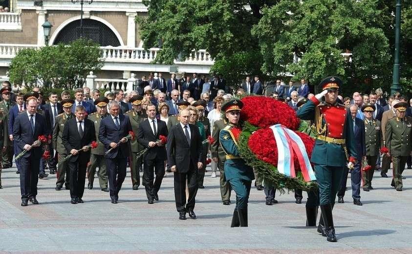 Владимир Путин возложил венок к Могиле Неизвестного Солдата в память о защитниках Отечества