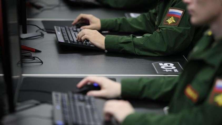 военнослужащие за монитором компьютера
