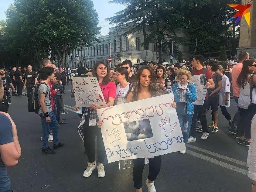 Демонстранты держат плакаты с надписью «Россия – оккупант» или цифры «20%» Фото: Владимир ВОРСОБИН