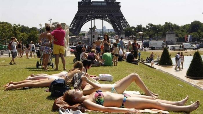 В Европу пришла аномальная жара. Люди полезли в фонтаны