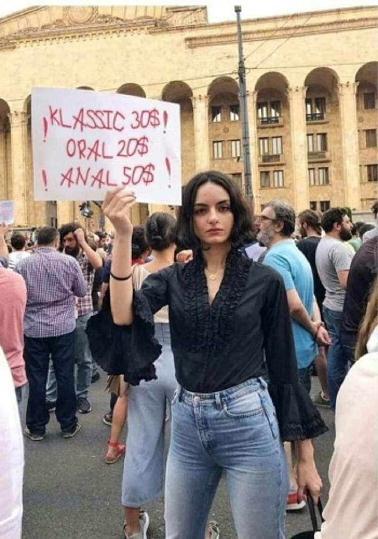 Установлена личность девушки из Тбилиси с оскорбительным плакатом в адрес России