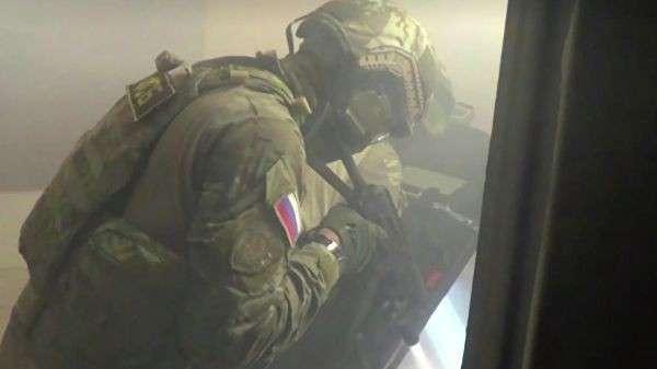 Сотрудники ФСБ РФ во время спецоперации в Саратове