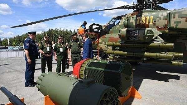 Посетители у образцов вооружения ударных вертолетов Ми-28НЭ на Международном военно-техническом форуме Армия-2019