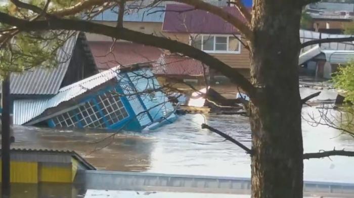 Из-за паводка жители Иркутской области больше суток просидели на крышах своих домов
