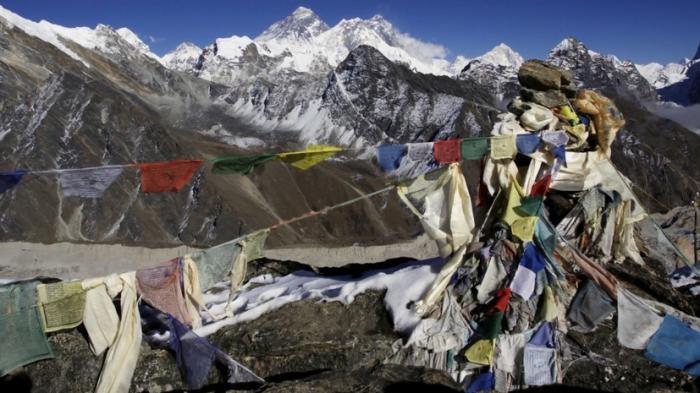 Власти Непала пытаются спасти Эверест и окрестности от мусора