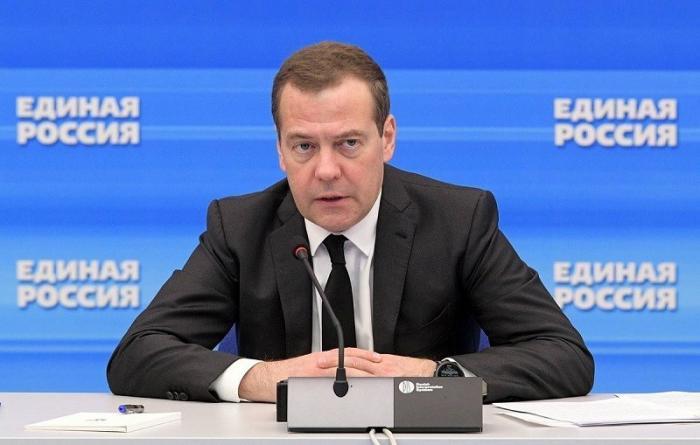 Медведев пригрозил допускающим хамство единороссам