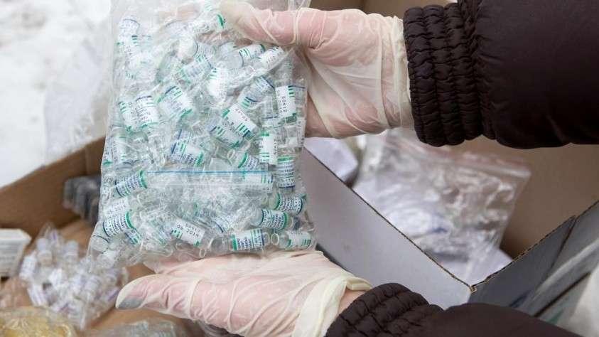 Сотрудник ФСКН России готовит к уничтожению анаболические стероиды