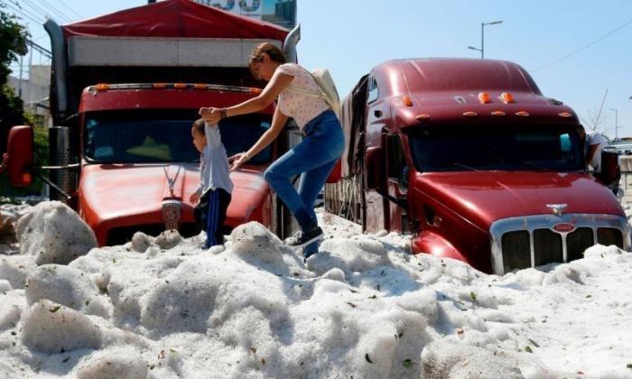 Небывалый град в Гвадалахаре в 30-градусную жару покрыл город двухметровым слоем льда