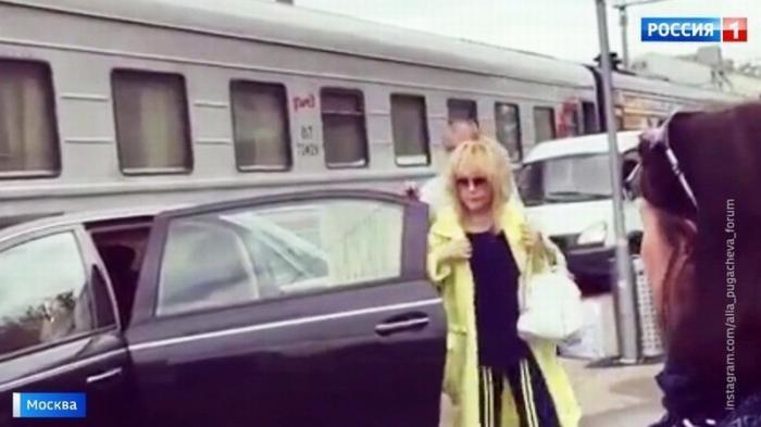 Старенькая Алла Пугачёва решила напомнить о себе дикой выходкой на перроне Рижского вокзала