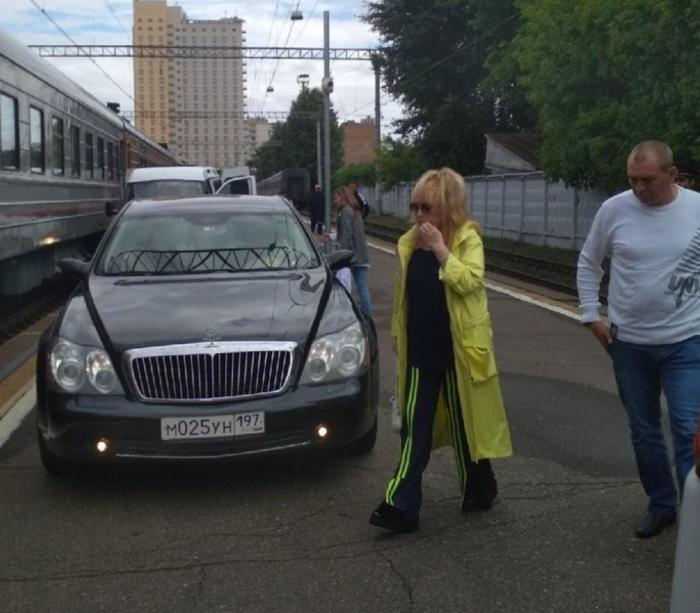 Лимузин Пугачевой на перроне Рижского вокзала возмутил всех