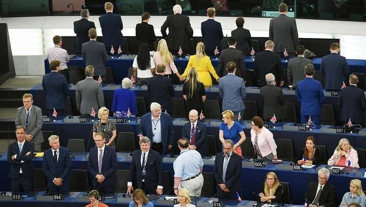 В Европарламенте сторонники Brexit демонстративно отвернулись при исполнении гимна ЕС