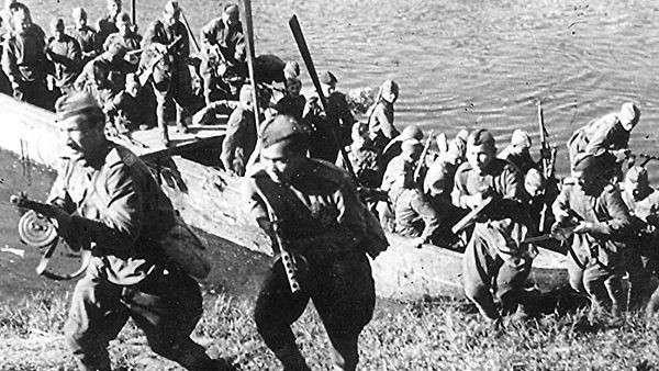 Подразделение 3-го Белорусского фронта форсирует реку Лучеса. Июнь 1944 г