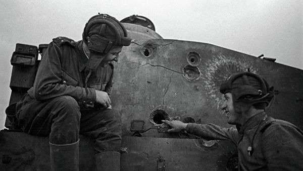 У подбитого фашистского танка